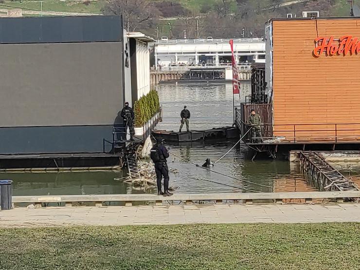 Policija na splavu Fristajler