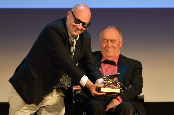 """Đanfranko Rosi (levo) sa nagradom """"Zlatni lav"""" u društvu Bernarda Bertolučija, koji je bio predsednik žirija Mostre"""
