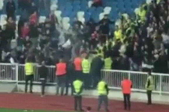 NOVI SNIMAK NEREDA Brutalna tuča na stadionu u Prištini i SRAMOTNO skandiranje domaćih navijača /VIDEO/