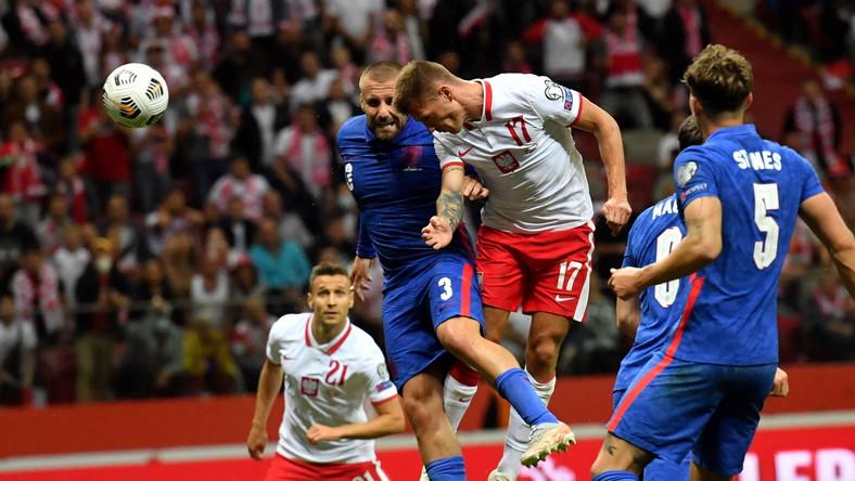 Piłkarze reprezentacji Polski Przemysław Frankowski (L) i Damian Szymański (C) oraz Luke Shaw (2L), Harry Maguire (2P) i John Stones (P) z Anglii podczas meczu eliminacyjnego do mistrzostw świata 2022