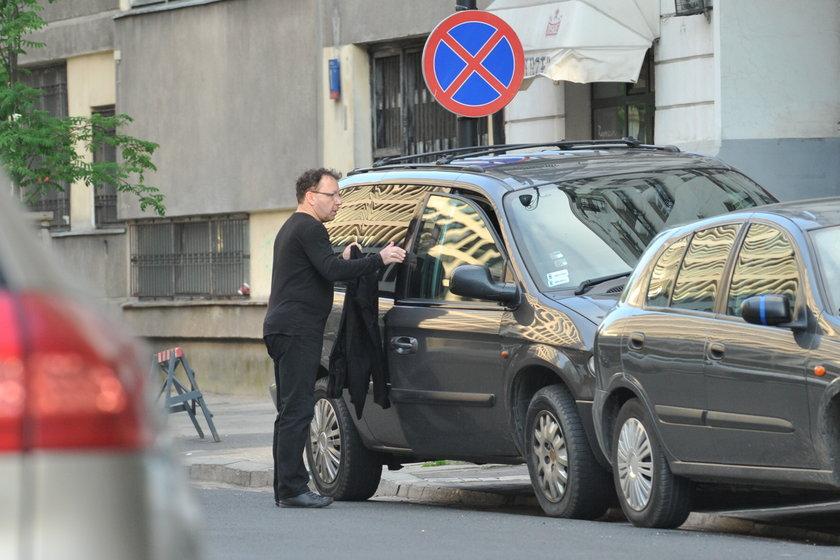 Zbigniew Zamachowski z rowerem przy samochodzie