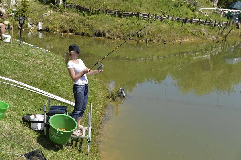 Olga Borys na zawodach aktorów w łowieniu ryb