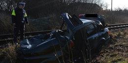 Audi wjechało pod szynobus. Nie żyje kierowca!