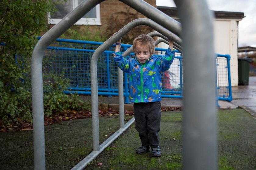 Finley bawi się na dworze