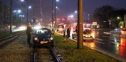 Volkswagen z Łęczycy utknął na torach w Łodzi. Jak to możliwe?