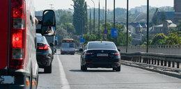 Wiceminister Andruszkiewicz w limuzynie jedzie BUC-pasem