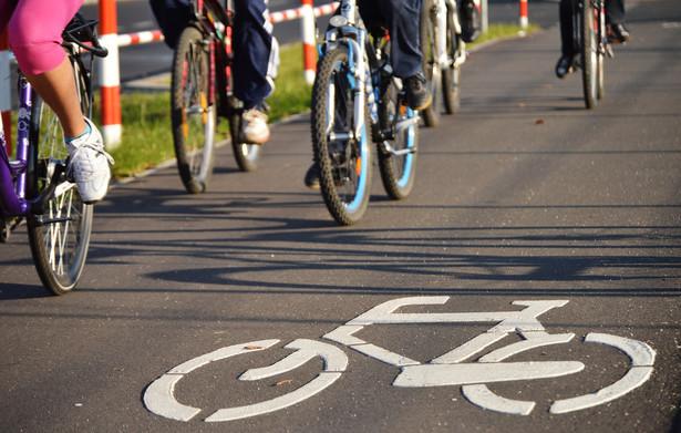 """Najważniejszą z punktu wiedzenia rowerzystów zmianą jest wprowadzenie możliwości poruszania się rowerem w obydwu kierunkach na drogach jednokierunkowych. Wystarczy, że pod znakiem """"Zakaz wjazdu"""" umiejscowiona zostanie tabliczka T-22 """"Nie dotyczy rowerów""""."""