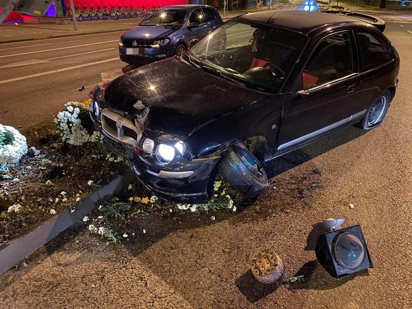 Z rovera wysiedli kierowca oraz pasażerka. Nie zainteresowali się ranna na pasach