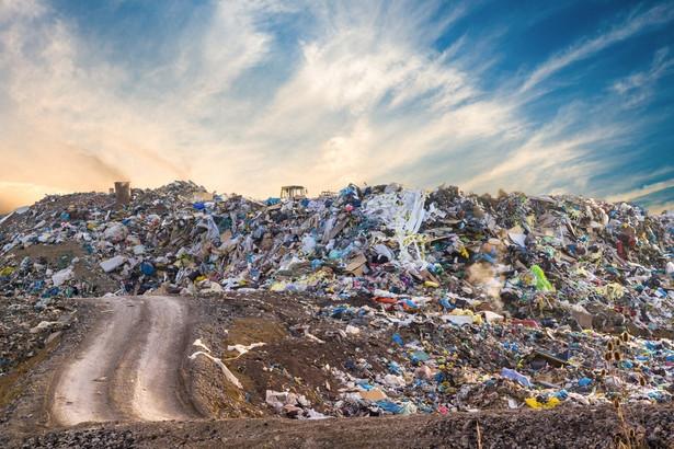 Aby zapobiec pożarom i innym problemom związanym z niewłaściwym składowaniem i magazynowaniem odpadów, samorządy powinny lepiej kontrolować takie miejsca