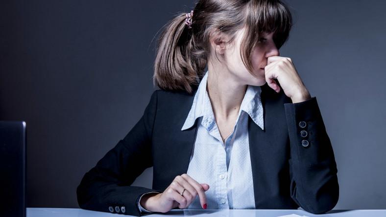 Nieszczęśliwa kobieta przy komputerze.