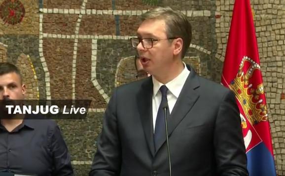 Vučić je pozvao mlade diplomce da ostanu u Srbiji