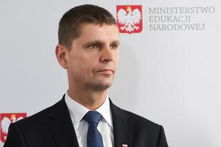 Dariusz Piontkowski był uznany za sprawcę przestępstwa urzędniczego. Sasin: Warunkowe umorzenie postępowania szefa MEN nie podważa jego uczciwości
