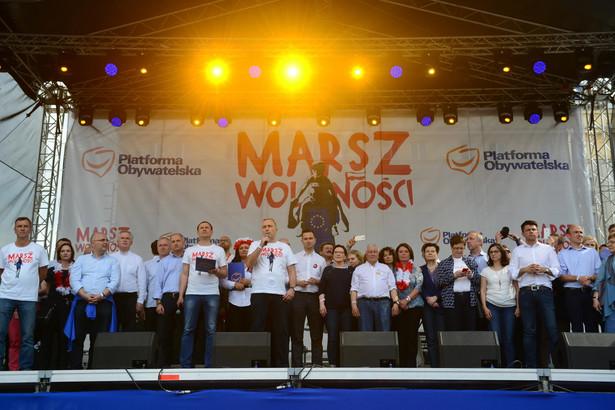 """2 maja Platforma organizuje w Warszawie """"Marsz Wolności"""" w obronie konstytucji, zasad demokratycznych, a także """"trwałej obecności Polski w Unii Europejskiej"""". Marsz ma wyruszyć w południe z ronda de Gaulle'a i przejść na Plac Zamkowy."""