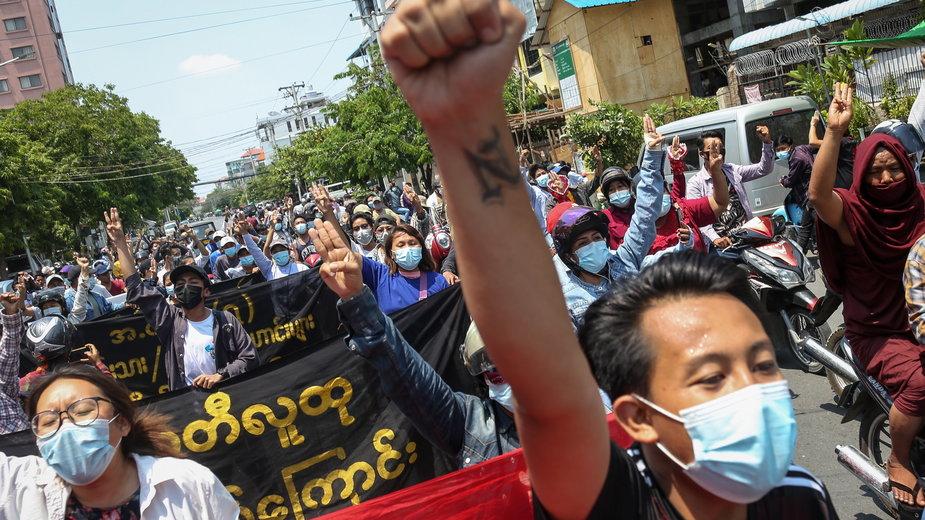 Protesty w Mjanmie trwają od lutego br. Wojsko i policja próbują rozgonić demonstrujących. Część z nich trafia do aresztu