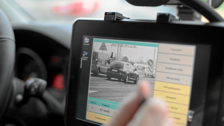 Na autostradach samochód ITD uzbrojony w fotoradar jeździ prawym pasem i fotografuje auta, które go wyprzedzają. Kierowcy nieświadomie wpadają w sidła radaru. O przekroczeniu prędkości i mandacie dowiedzą się za jakiś czas z listu.