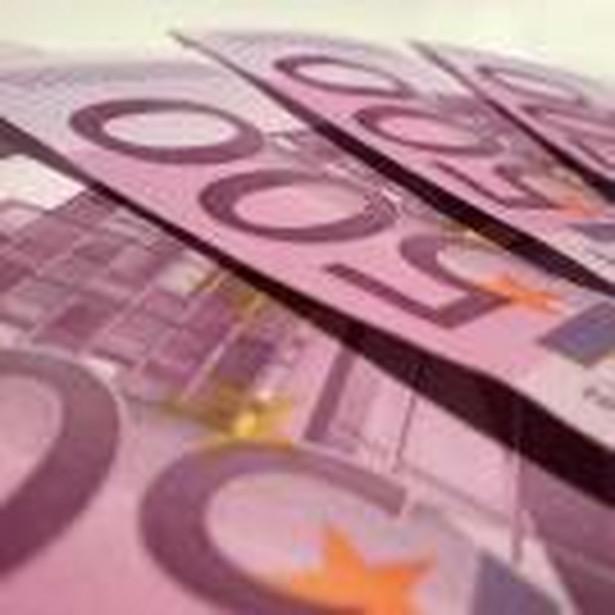 AP przypomina, że Komisja Europejska krytykuje zarządzanie rumuńską gospodarką, wskazując na groźbę przegrzania koniunktury i nadmiernego wzrostu deficytu budżetowego.