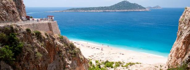 2. miejsce- Plaża Kaputas – niezwykłe piękna plaża położona pomiędzy stromymi klifami w okolicy gór Taurus. Kaputas jest idealna plażą dla wszystkich miłośników ciszy i spokoju. Największym atutem plaży Kaputas wg turystów jest jej naturalny charakter.