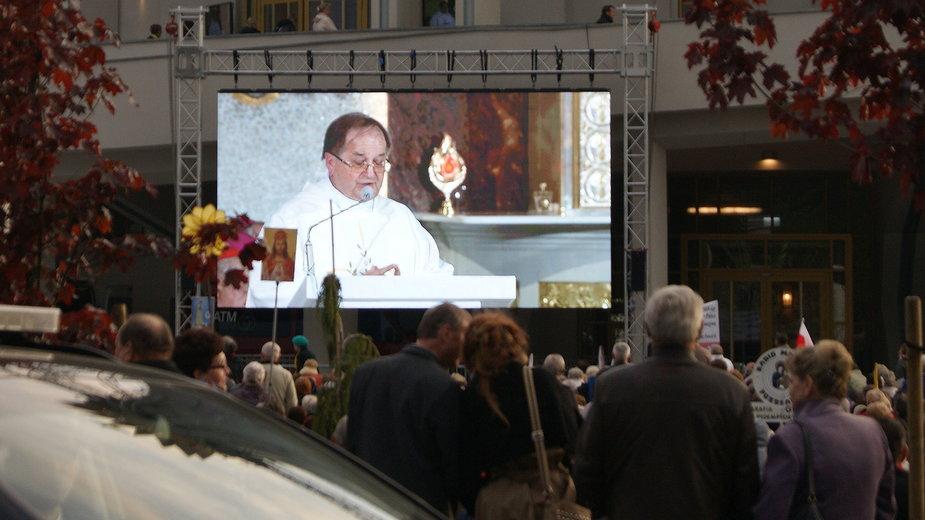 Ojciec Rydzyk na telebimie podczas święcenia kościoła w Toruniu