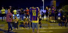 Tłumy kibiców Barcelony pod Camp Nou. Proszą Messiego, by nie odchodził