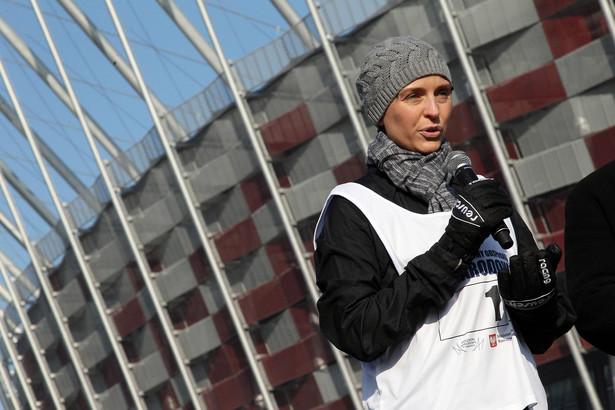 Joanna Mucha przed Stadionem Narodowym