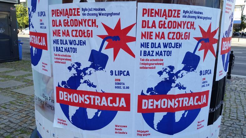 Podczas szczytu NATO będą demonstracje i protesty. Na ulicach pojawiły się informujące o nich plakaty
