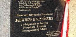 Oto tablica pamiątkowa, którą postawiono matce Kaczyńskich