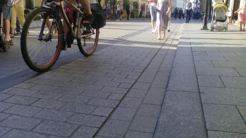 Skarżą się na źle oznakowaną ścieżkę na ul. Grodzkiej. Urząd: tam nie ma drogi dla rowerów