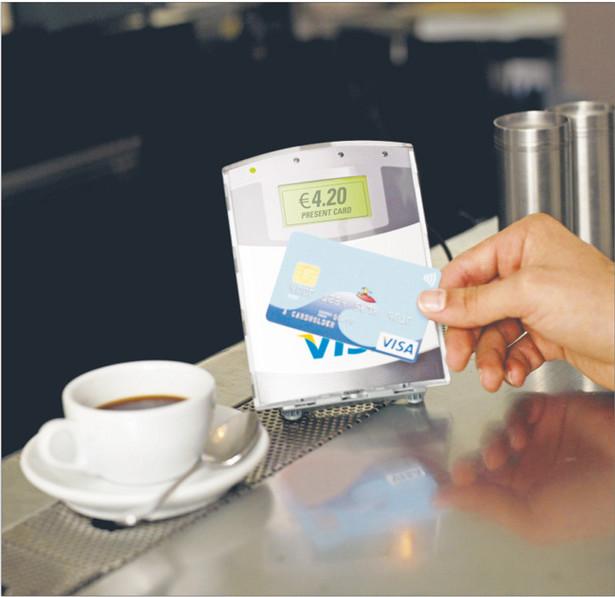 Aby zapłacić kartą zbliżeniową, wystarczy ją zbliżyć do specjalnego czytnika. Nie trzeba wstukiwać PIN-u czy podpisywać się na potwierdzeniu transakcji Fot. Materiały prasowe