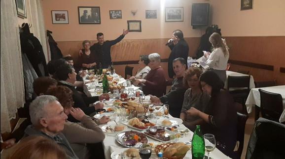 Proslava rođendana baka Ruže u kući Stjepanovića