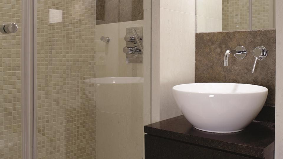 4. To bardzo małe i wąskie wnętrze o powierzchnie dwóch metrów kwadratowych zostało urządzone pomysłowo i elegancko.