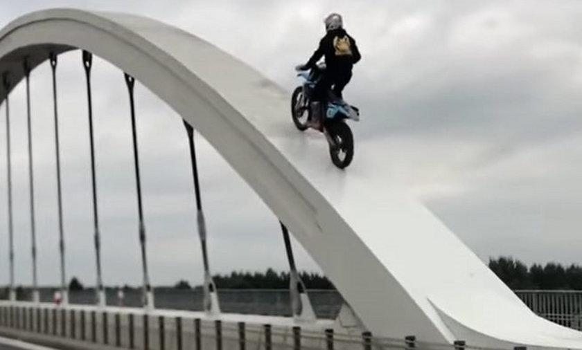 Damian dokonał niebezpiecznego wyczynu na motocyklu enduro