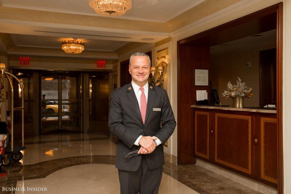 Michael Romei od 1994 roku piastuje funkcję chief concierge'a. W latach 90. napisał książkę o tym, jak powinna wyglądać praca na takim stanowisku. Pracując w Waldorf Astoria, zdarzyło mu się spełniać tak nietypowe prośby gości, jak zakup piekarników i wysyłanie ich do Etiopii czy sprowadzenie świeżych pomarańczy z Meksyku specjalnie na plan filmowy.