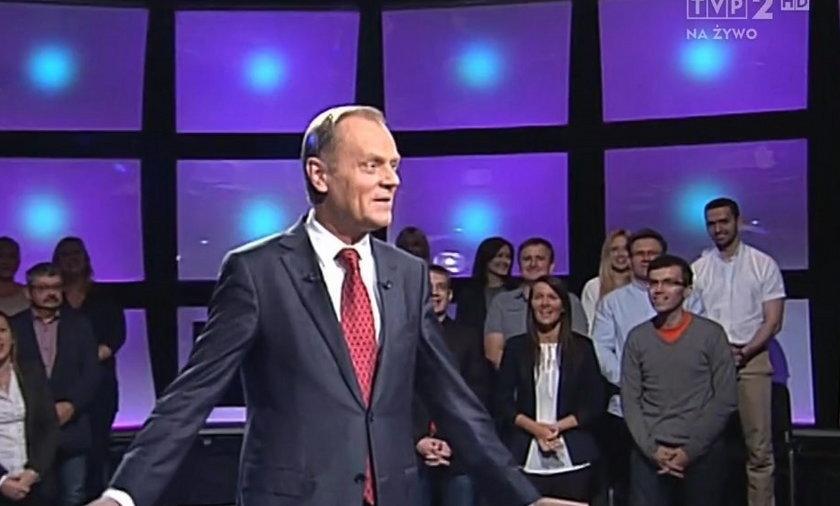 """Publiczność u Lisa śpiewa Tuskowi """"Sto lat""""."""