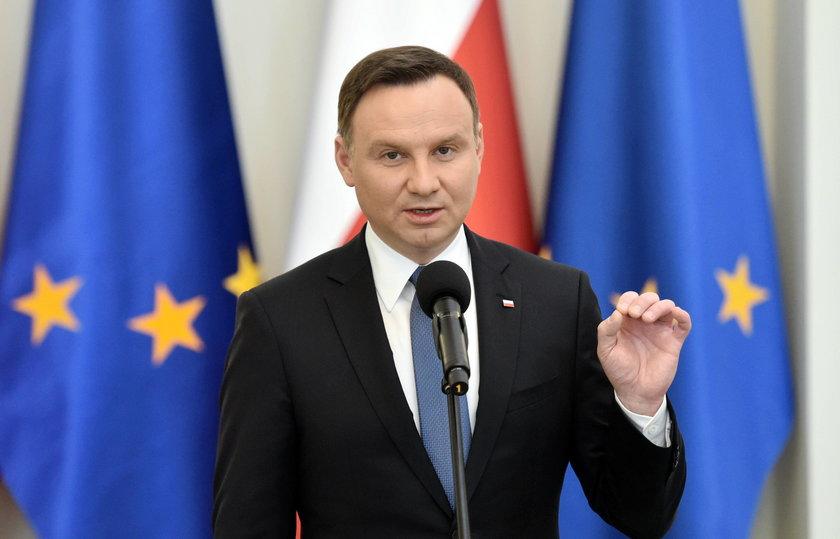 Fałszywe godło u Andrzeja Dudy!