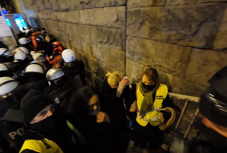 Jedną z ofiar użycia gazu łzawiącego była posłanka Barbara Nowacka Fot. Maciej Suchorabski