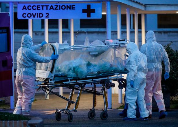 """""""8,3 procent wszystkich przypadków to więcej niż dwa razy niż wskaźnik w Chinach"""" - zaznaczył prezes medycznej fundacji naukowej Gimbe Nino Cartabellotta. To ta fundacja opracowała raport na temat zachorowań na koronawirusa wśród pracowników służby zdrowia."""