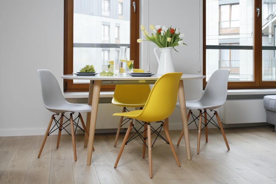 """6.Dzięki lekkiej i bezpretensjonalnej formie jadalnia ma zdolność """"wędrowania"""". Zwykle umieszczony przy oknie stół, przy okazji towarzyskich spotkań zajmuje centralne miejsce."""