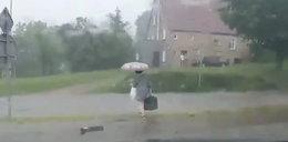 Potop w Gorzowie. Nurt wody nad jezdnią porywa kobietę. FILM