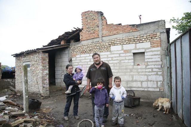 """A ovde su živeli nekada, pre nego što su im """"Blic fondacija"""" i anonimni donator poklonili novu"""