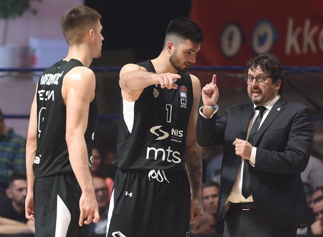 Vanja Marinković sluša instrukcije trenera Andree Trinkijerija