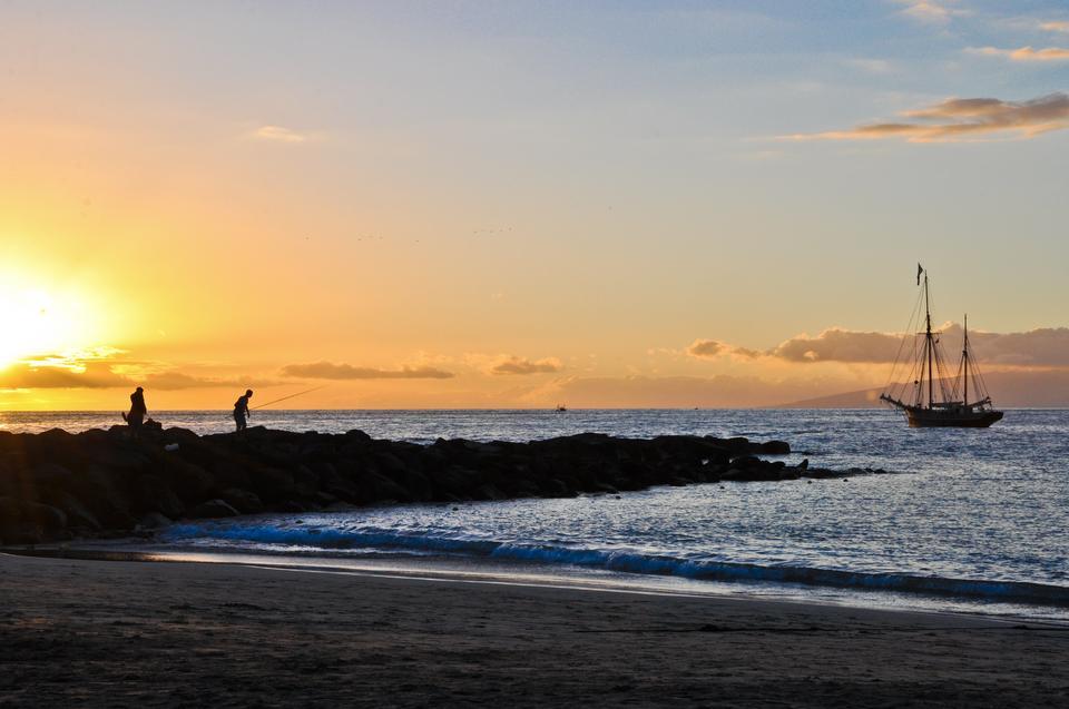 Na morzu stale widoczna jest wyspa La Gomera, która zdaje się leżeć raz na chmurze, a innym razem pod chmurą.