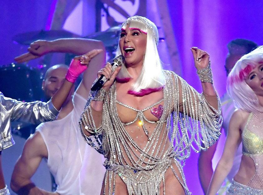 Cher wyjawia, dlaczego Trump leci do Polski