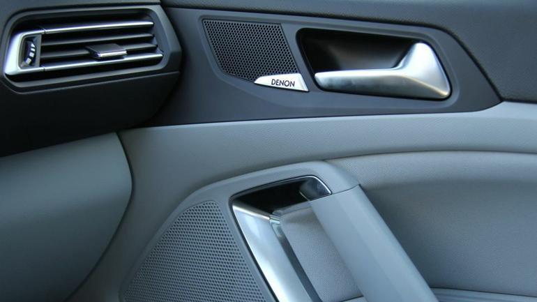 W przednich drzwiach Peugeota 308 instalowany jest zestaw dwudrożny.