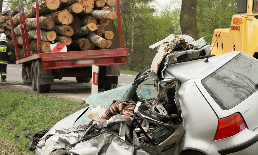 zderzenie samochodu z naczepą wiozącą drewno