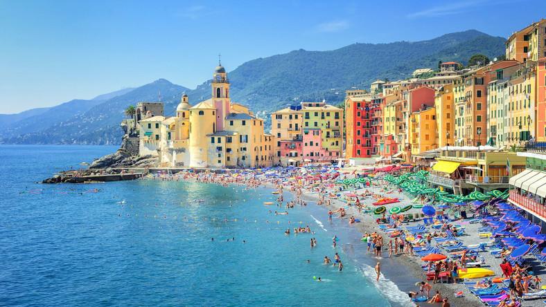 Jednak czym byłyby wakacje bez plaży i szumu fal? Dzięki swojemu położeniu Genua może zapewnić Wam zarówno aktywnie spędzony na zwiedzaniu czas, jak i leniwy wypoczynek na leżaku. Możecie skorzystać z miejskich plaż, które dla wielu podróżników mają wyjątkowy urok. Przykładem może być Vesima – jedna z najnowszych. Warto jednak pamiętać o tym, że jest ona reklamowana jako przyjazna zwierzętom, co nie każdemu może odpowiadać. Jeżeli wolicie poszukać spokojniejszych wybrzeży, które nie mają miejskiego charakteru, nie będziecie musieli jednak zapuszczać się daleko od Genui. Jeśli cenicie sobie natomiast czystość i bezpieczeństwo, z pewnością zainteresują Was plaże z Błękitną Flagą. W pobliżu miasta znajdziecie je na przykład w okolicy Cavi di Lavagna. Tutejsze wybrzeża są znane i popularne, i od wielu lat nagradzane są tym orderem.