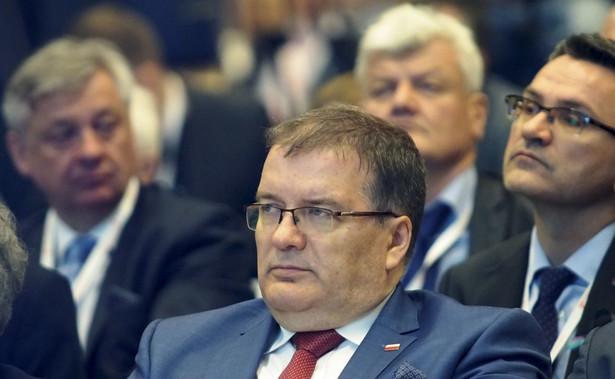 """Jego zdaniem przedstawiciele państwa polskiego, po katastrofie smoleńskiej, powinni nadzorować to co się działo. """"Skąd te skandale z zamianą ciał w trumnach? Skąd te skandale z częściami ciał innych osób?"""" - pytał Dera."""
