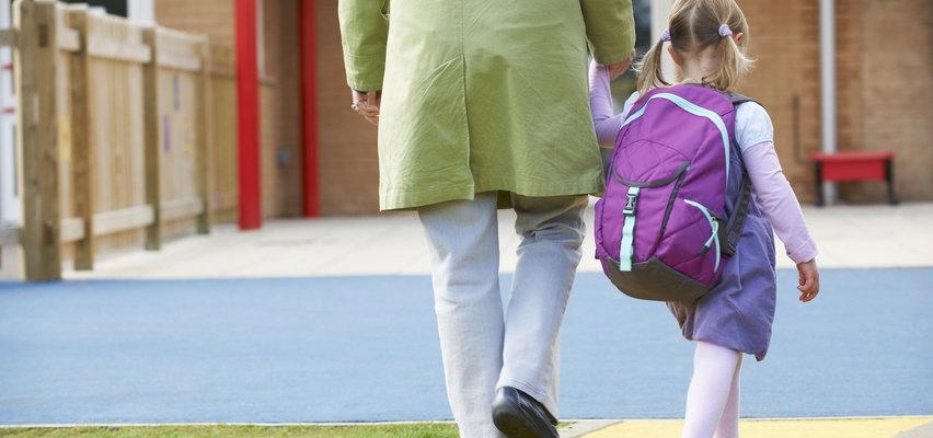 5-letnia Lenka wracała z przedszkola. Osoba opiekująca się odwożonymi dziećmi wyrzuciła ją w innej miejscowości
