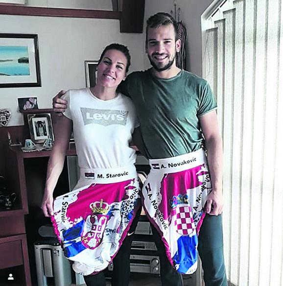 Milica Starović i Antun Novaković, svako sa zastavom svoje zemlje