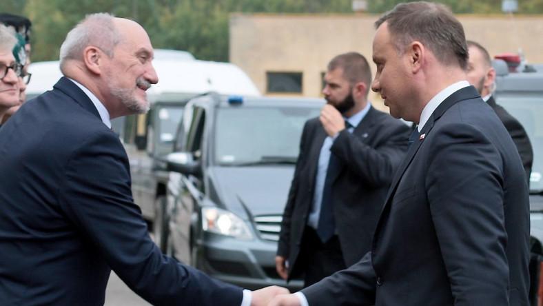 Wcześniej, w innej części poligonu - na wysuniętym stanowisku kierowania ćwiczeniem - prezydenta Andrzeja Dudę przywitał szef MON Antoni Macierewicz. Prezydent spotkał się tam z żołnierzami biorącymi udział w manewrach Dragon-17 i kierownictwem ćwiczeń.