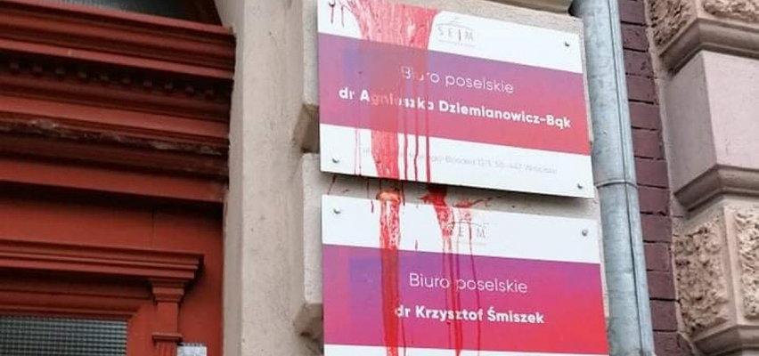 """Biuro poselskie we Wrocławiu oblane krwawą farbą. """"To miało nas przestraszyć?"""""""